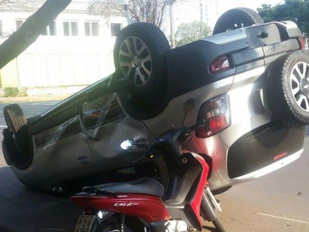 Moto estacionada também foi atingida (Foto: Flávia Baxhix/Arquivo pessoal)