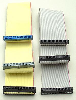 Deutsch: Zwei IDE-Kabel. Links ein 80-poliges ...