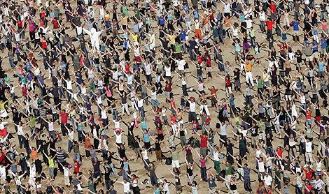 10.000 personas participaron en un rodaje sobre el clima en Oostende, Bélgica. | Reuters