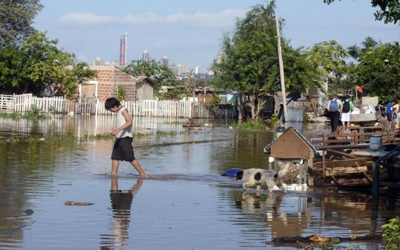 Resultado de imagen para emergencia en Asunción por crecida del río