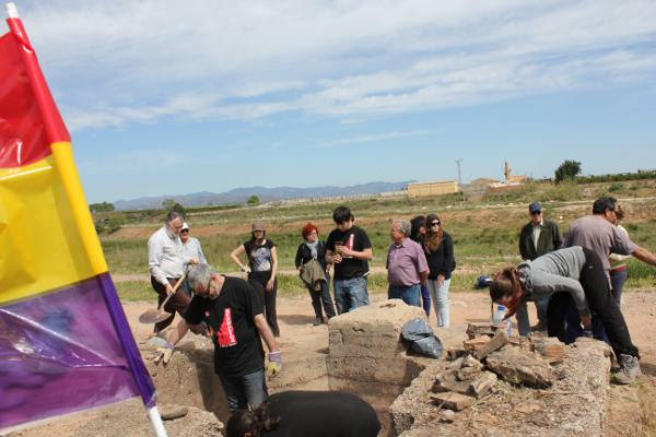 Los voluntarios limpian las inmediaciones de los dos nidos de ametralladoras. EPDA