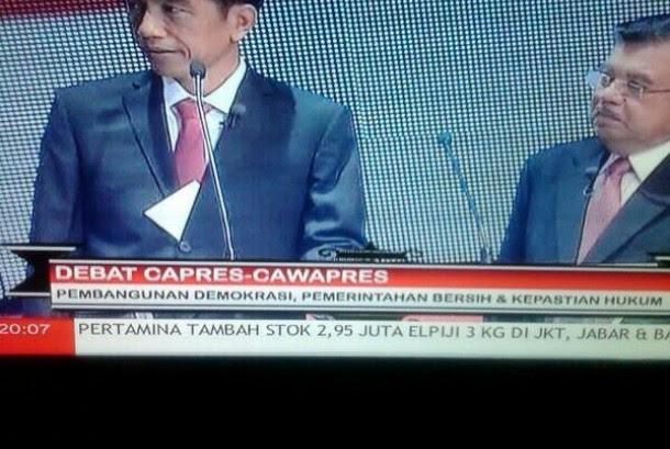 Wah..Jokowi Bawa Contekan Didebat Capres!