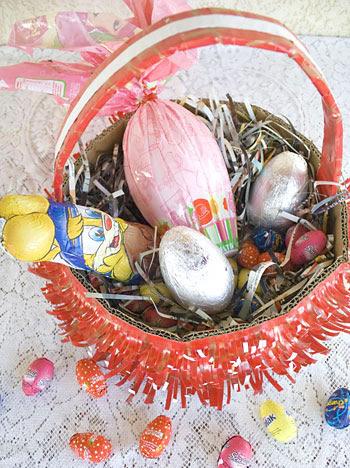 Cesta de páscoa com artesanato à moda antiga e com reciclagem