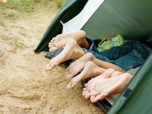 Resultado de imagem para garotas acampando