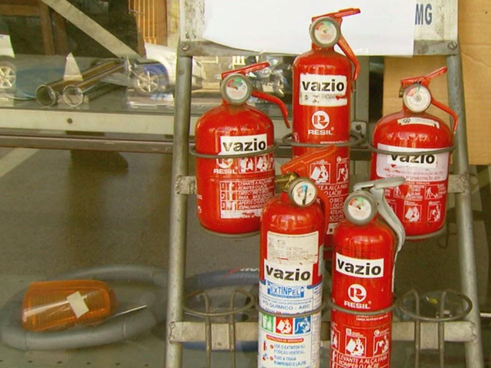Extintores do tipo ABC seriam exigidos em 2015 (Foto: Reprodução EPTV)