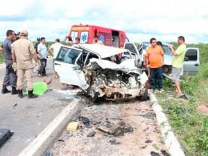 Segundo a PRF, as quatro pessoas mortas estavam em um Fiat da Prefeitura de Severiano Melo (Foto: Marcelino Neto/G1)