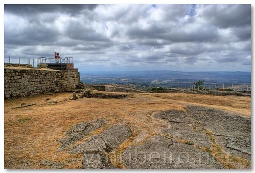 Praça de armas do Castelo de Linhares da Beira by VRfoto