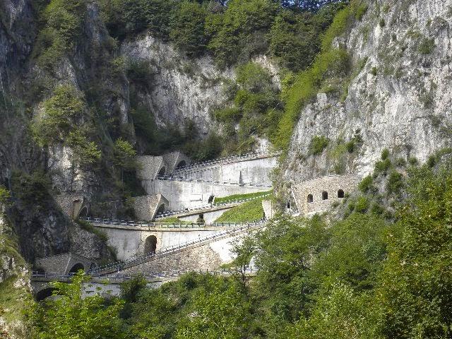 Passo San Boldo atau San Boldo Pass yakni jalan yang melewati gunung  kecil di Veneto ant Jalan Unik Ini Dibuat Hanya dalam 100 Hari