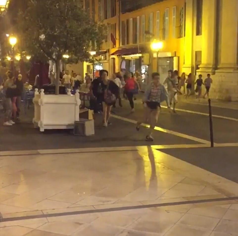 As pessoas correram para salvar suas vidas quando o caminhão arado através do grupo de pessoas em Nice, sul da França
