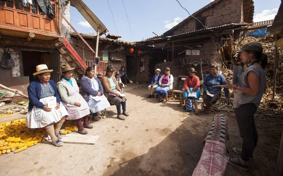 Un grupo de mujeres atiende a las explicaciones sobre el desarrollo del documental interactivo.