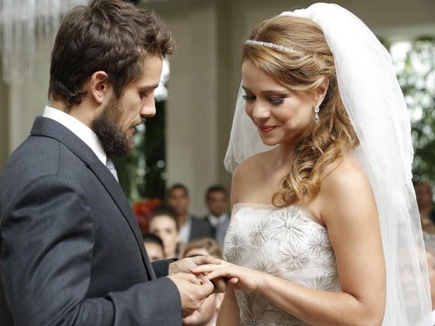 Vicente coloca a aliança no dedo de Cris (Foto: Felipe Monteiro/TV Globo)