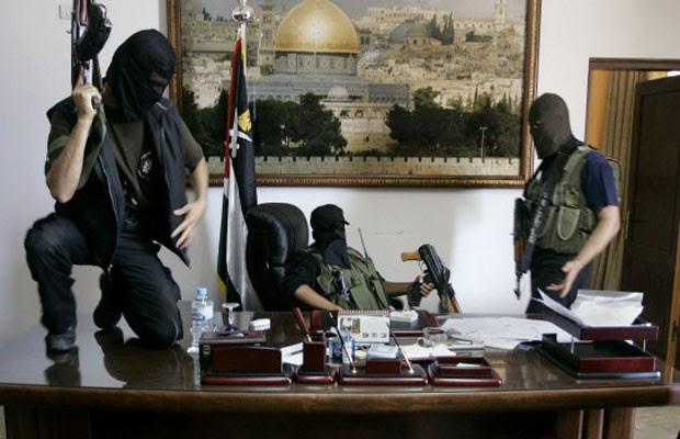 Integrantes do Hamas tomam o escritório do presidente palestino Mahmoud Abbas, em 2007 (Foto: AP)