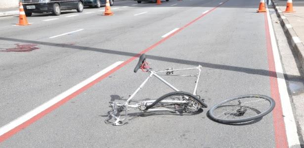 Após acidente na avenida Paulista, a bicicleta ficou retorcida e o ciclista perdeu o braço