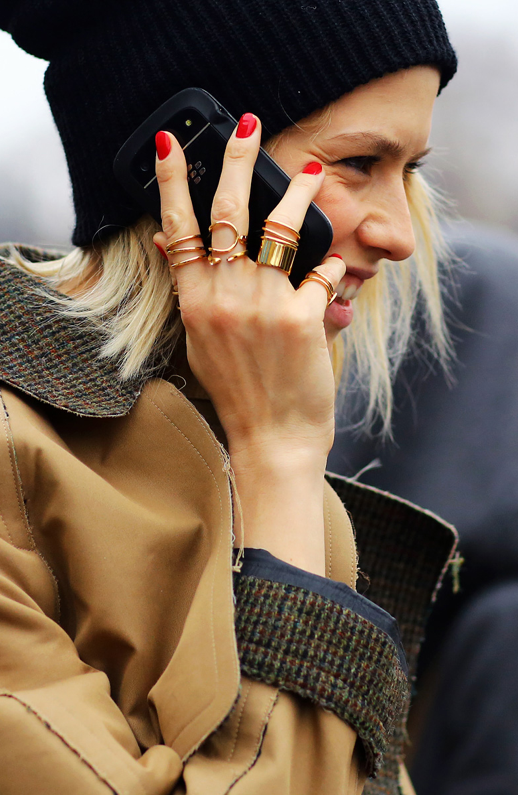 LE FASHION BLOG STREET STYLE PARIS FASHION WEEK FW FALL WINTER 2013 ELENA PERMINOVA RUSSIAN SOCIALITE EDITOR GOLD RINGS MULTI FINGER ALL FINGER BALENCIAGA SS 2013 SPIRAL SOLID MINIMAL BAND RED NAILS MANICURE BLACK BEANIE TWEED KHAKI CAMEL TENCH COAT BLEACH BLONDE PHIL OH VOGUE