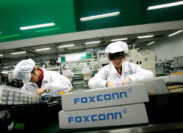 Trabalhadores em fábrica da Foxconn, empresa de origem taiwanesa que produz iPhones