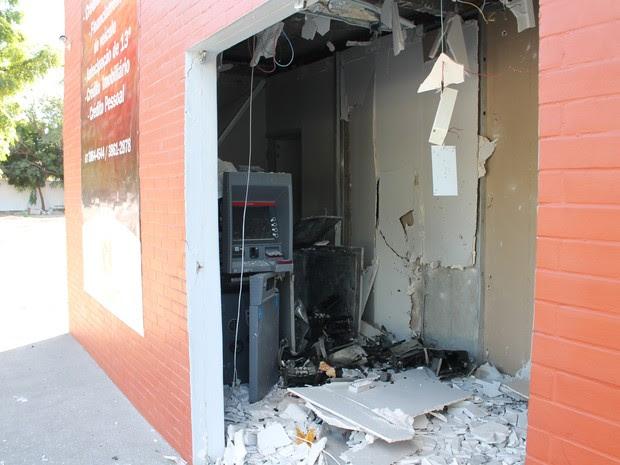 Caixa eletrônico é explodido pela quarta vez (Foto: Amanda Franco/ G1)