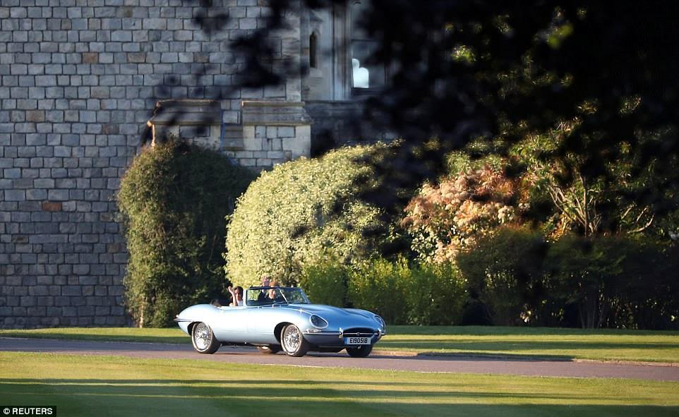 El duque y la duquesa de Sussex de camino a la recepción en Frogmore House, organizada por el príncipe Carlos