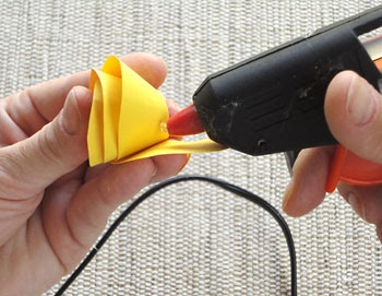 Aplique um pingo de cola quente para fixar as pétalas