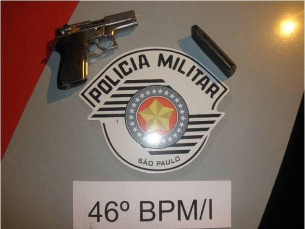 Arma falsa foi apreendida com suspeito após flagrante na madrugada desta terça-feira (4)  (Foto: Divulgação/Polícia Militar)
