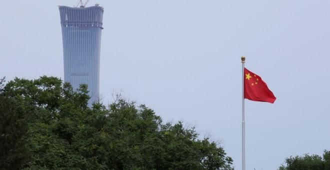 La bandera de China ondea en la Plaza de Tiananmen, en Beijin./REUTERS