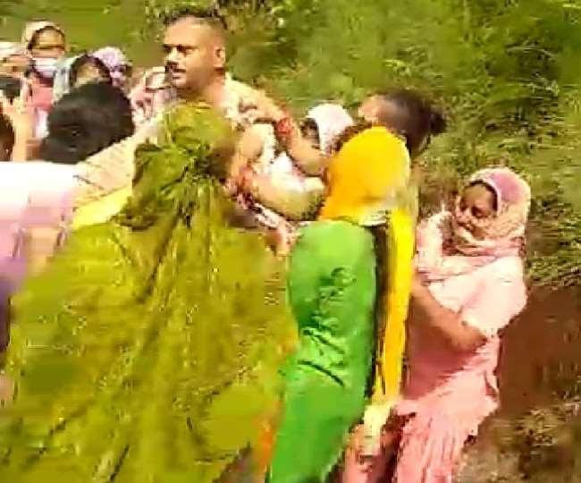 पुलिस चौकी प्रभारी को पीटने वाली 12 महिलाएं,गिरफ्तार क्लिक करके जानें पूरी खबर  - Himachalikhabar