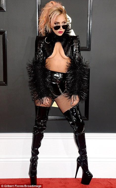 Dramático!  Lady Gaga fez uma declaração sobre o tapete em um hotpant raunchy e colheita top - que ousou exposto quase todo o seu busto amplo