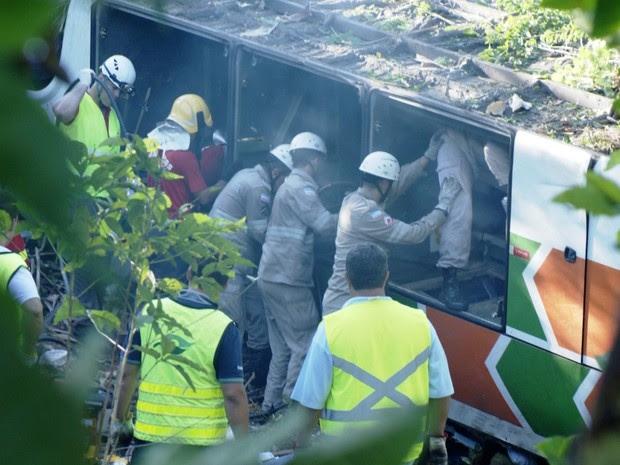 Ônibus tombou quando motorista tentou desviar de um caminhão que fazia ultrapassagem poribida, no Espírito Santo (Foto: Reprodução/TV Gazeta)