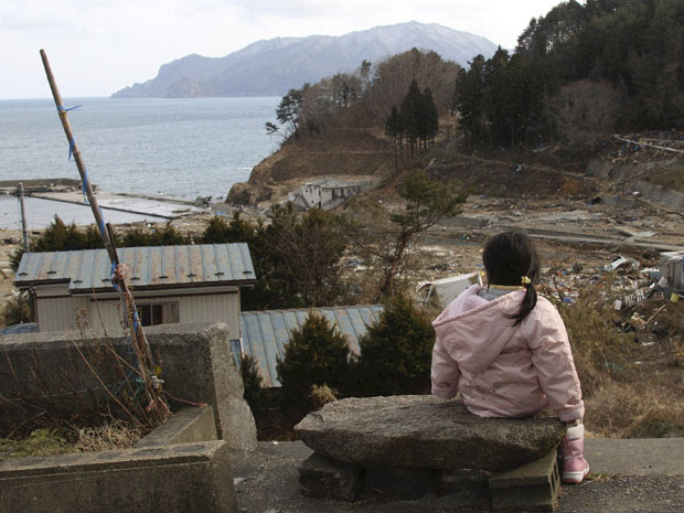 Manami Kon, de 4 anos, ainda espera pelos pais e a irmã mais nova, desaparecidos desde o terremoto e tsunami de 11 de março, em Miyako, norte do Japão (Foto: Yomiuri Shimbun, Norikazu Tateishi / AP)