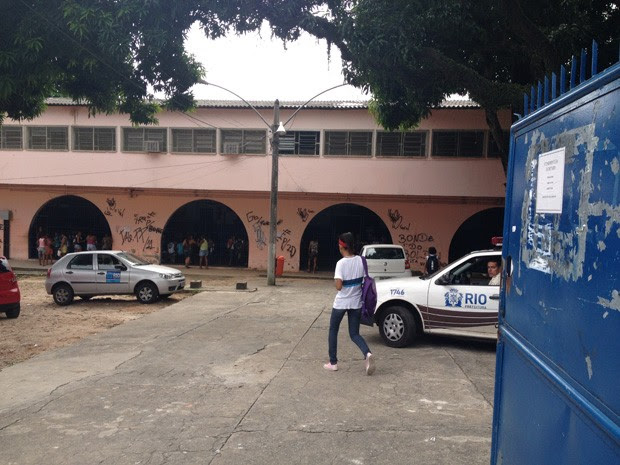 Carro da Guarda Municipal guarda pátio da escola em frente a pichação 'Bonde do Boldo' (gíria para maconha) (Foto: João Bandeira de Mello/G1)