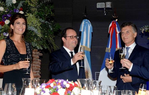 Awada, Hollande y Macri brindan anoche en el Museo del Bicentenario