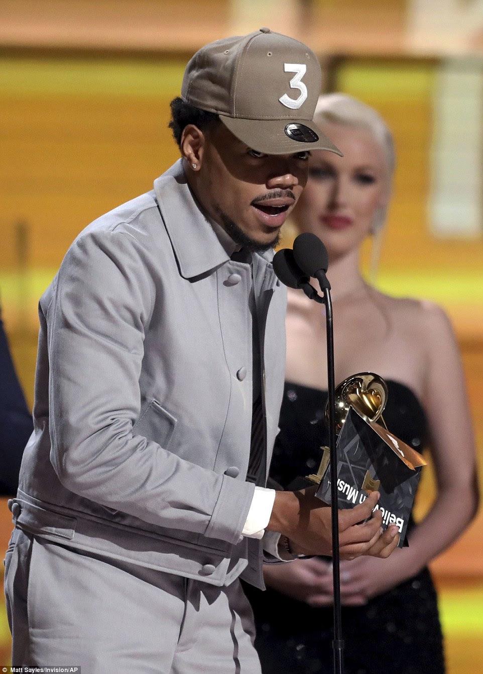 Aww: O rapper de Chicago de 23 anos agradeceu a Deus, namorada e filha