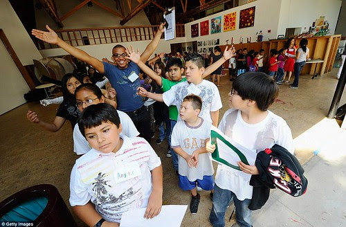 Royal snail  Kate races ahead with her painting at Inner-City Arts  campus whilst William is slow off the mark  15