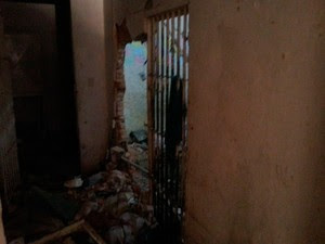 CDP da Ribeira teve paredes quebradas por presos em Natal (Foto: Kléber Teixeira/Inter TV Cabugi)