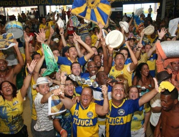 Integrantes da Unidos da Tijuca comemoram na quadra da escola