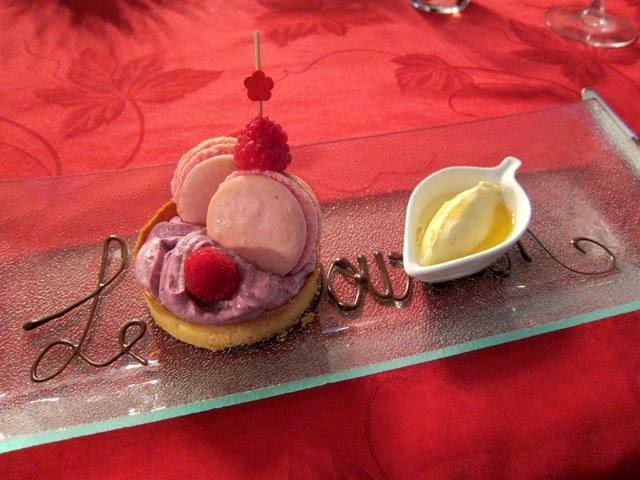 Strawberry_Macaron_with_mouse_and_glace