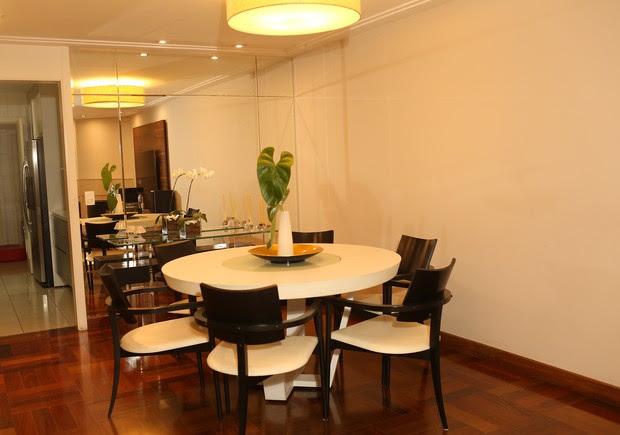 Sala de jantar do apartamento de Regina Volpato (Foto: Iwi Onodera / EGO)