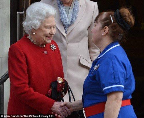 Χειραψία με τη Βασίλισσα.  Ένα προνόμιο που δεν επιτρέπεται να commoners.