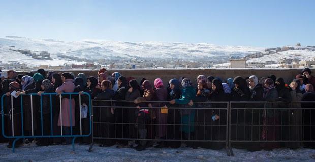 Refugiados sírios recebem cobertas e combustível em Arsal, no Líbano (Foto: Andrew McConnell/UNHCR)