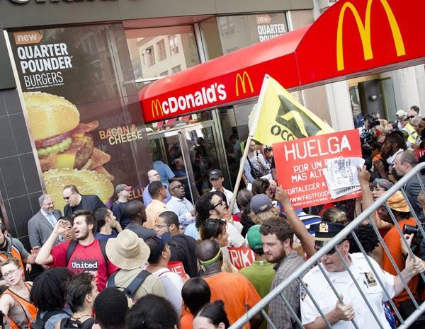 Apoiadores de trabalhadores do McDonald's protestam em loja de NY. (Foto: John Minchillo/AP Photo)