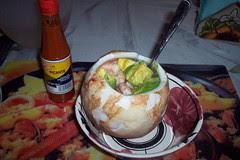 Coco, camarones, aguacate y salsa huichol