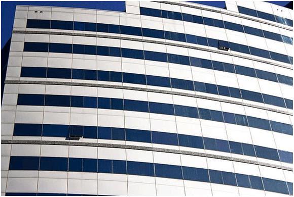 يقع فندق هيلتون دوربان (فئة خمس نجوم) بجوار المركز الدولي للمؤتمرات التجارية، بوسط مدينة دوربان في جنوب أفريقيا، وهو ثاني أغلى