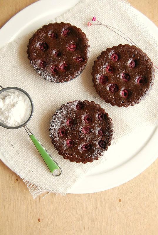 Dark chocolate and raspberry brownie tarts / Tortinhas de brownie e framboesa