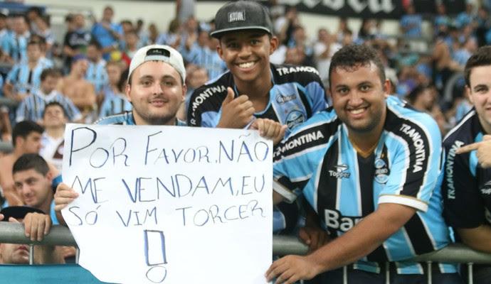 Torcedores do Grêmio ironizam venda de jogadores (Foto: Diego Guichard)