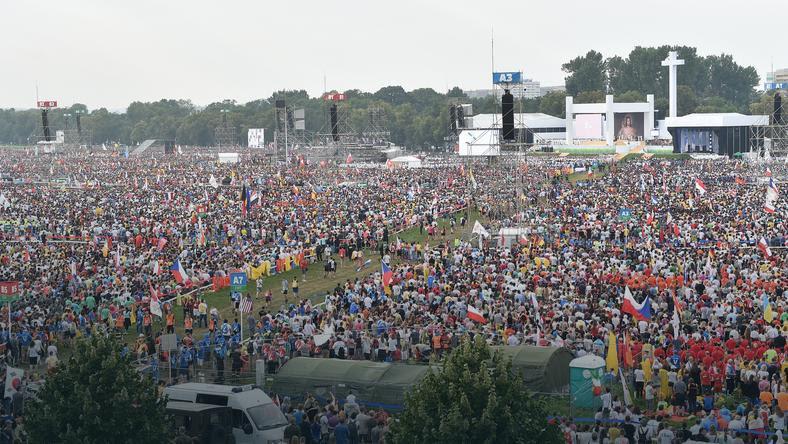 Według nieoficjalnych informacji we mszy św. na krakowskich Błoniach uczestniczyło ok. 200 tys. osób