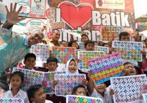 Sambut Hari Batik Siswa Mewarnai Batik Kawung