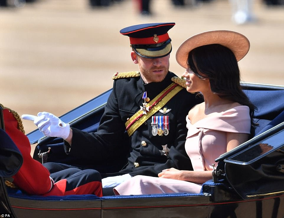 O casal feliz compartilha algumas palavras enquanto a carruagem é puxada por dois puros-sangues