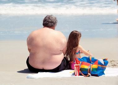 """<p>En 2014, el 39% de las personas adultas de 18 o más años tenían sobrepeso, y el 13% eran obesas./ <a href=""""https://www.flickr.com/photos/kylemay/553916826/in/photolist-QWYb7-6DUsiN-aiHkwU-7DK2kg-6DJHe6-8FDtyN-7DK2c6-a5tecJ-7DNQHj-748vsW-cRW3K-6DP5fN-6DVqt1-7DK2RM-7DK37a-6DJNF2-5kYg5W-6DUkbY-7DK3eF-c5PeWj-6DUjPE-6DPAfd-6DRg6B-6DK6XM-7JZDyT-7phLWT-6DK7sH-6E3BTL-asyN8z-q4Pep6-HGaXcD-didhsM-6J8jLH-9AM4Ed-PyZfi-6ZUgGB-9GY3aM-eJSVXs-516gWe-bjwJG9-3gWEj-3NNxx-eXyDav-86YrJr-5x83qh-c5XBDY-9q998D-54FFgq-5LPY5T-4xaB93"""" target=""""_blank"""">Kyle May</a></p>"""