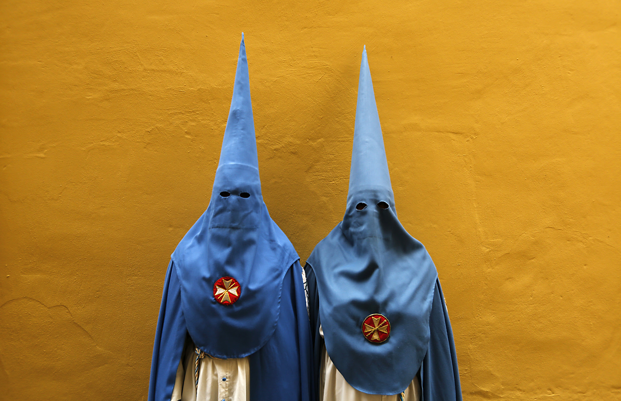 Penitents of San Esteban brotherhood pose during Holy Week in the Andalusian capital of Seville, southern Spain...Penitents of San Esteban brotherhood pose before taking part in a procession during Holy Week in the Andalusian capital of Seville, southern Spain March 22, 2016. REUTERS/Marcelo del Pozo