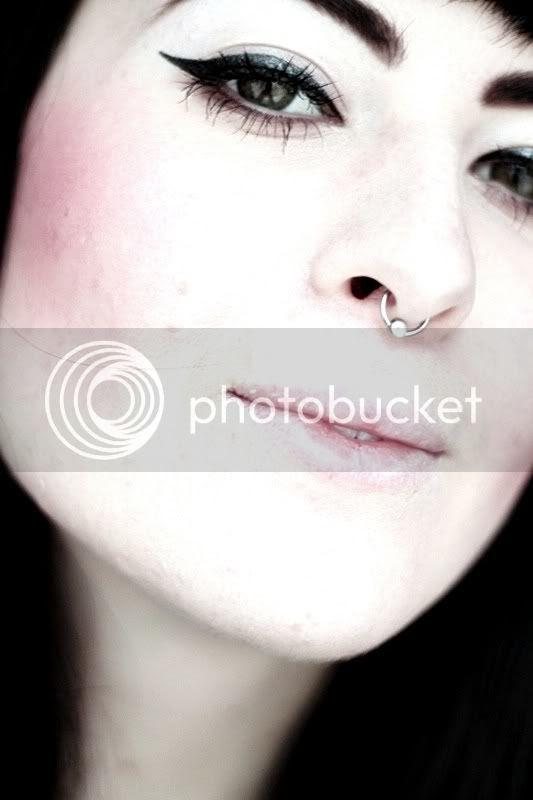 piercing septum nase nasenpiercing portrait grüne augen eyeliner lippen gesicht lidstrich