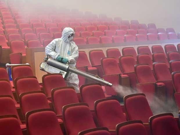 Oficial de saúde sul-coreano desinfeta um teatro em Seul. (Foto: Jung Yeon-je / AFP Photo)
